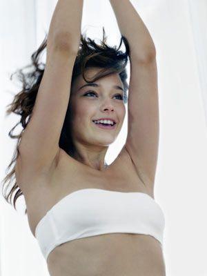 Göğüslerini küçük göstermek için:  Göğüslerini çok saran sutyenler onları toparlayarak, yayılmalarını ve böylece daha büyük görünmelerini engelleyecektir.